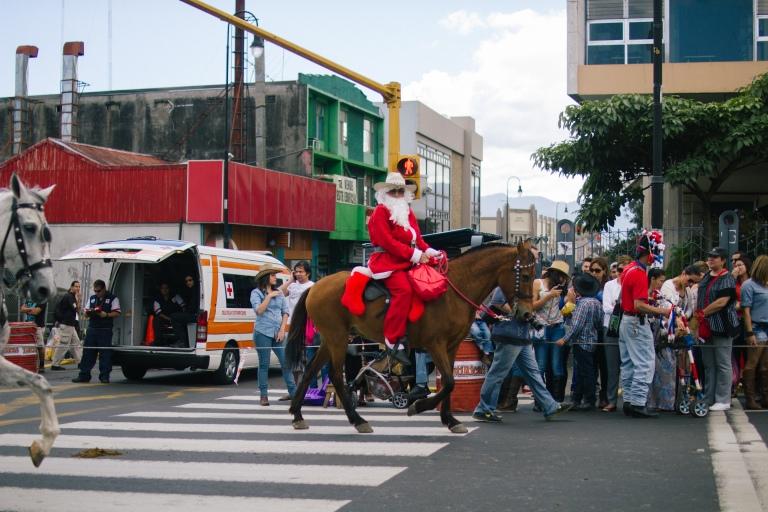 Tope de Caballos en San José, featuring Santa Claus and his horse